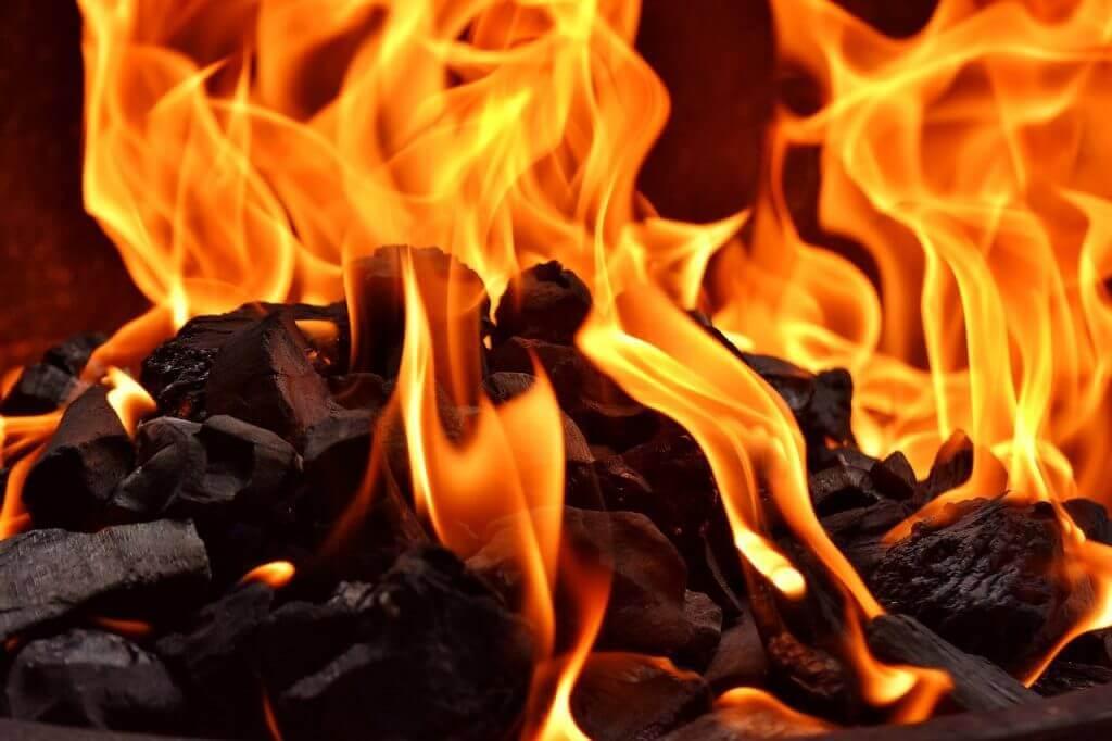 hohe-flammen-beim-grillen