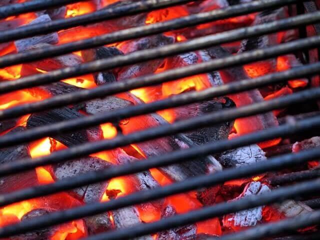 grillrost-reinigen-durch-aufheizen